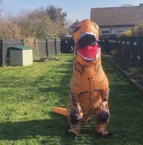 чудачка в костюме динозавра