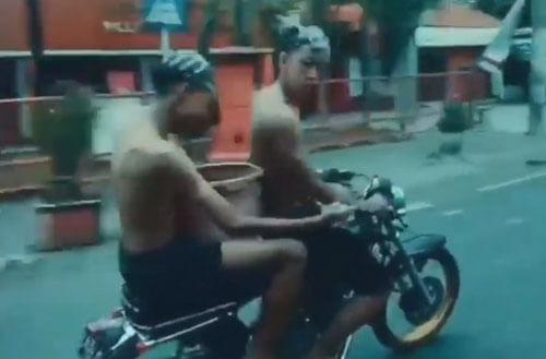 чудаки помылись на мотоцикле