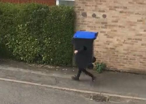 мусорный бак отрастил ножки