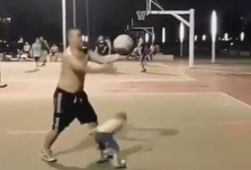 папа и сын играют в баскетбол