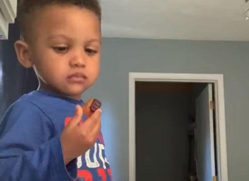 мальчик наедине с конфетами