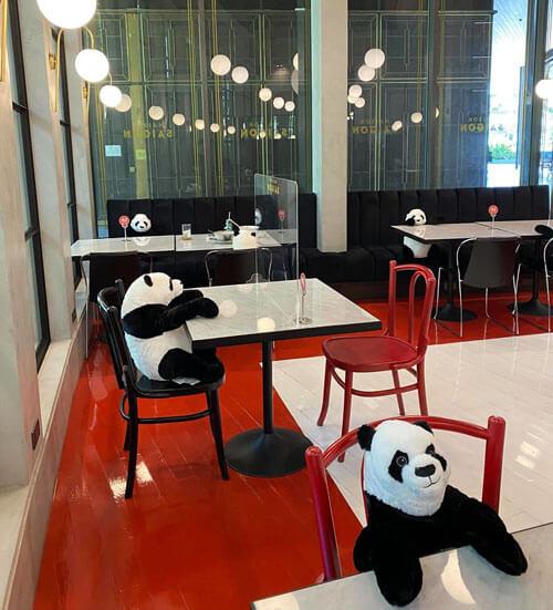 игрушечные панды в ресторане