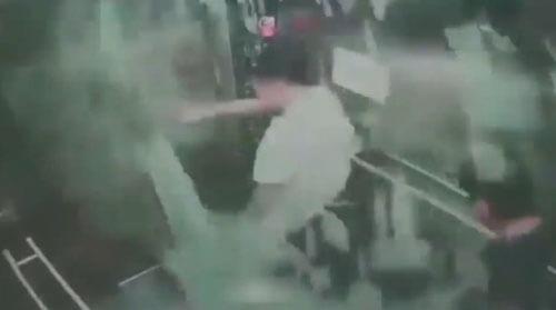 стекло застряло в лифте