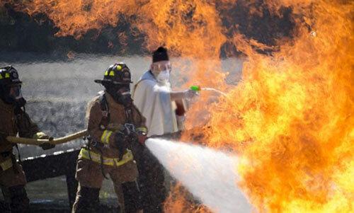 священник с водяным пистолетом