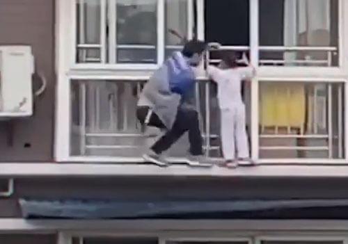 девочка висела на шестом этаже
