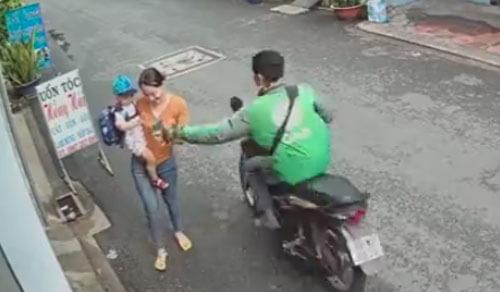 мотоциклист украл телефон