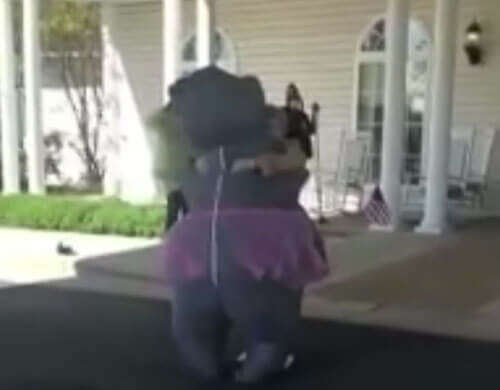 женщина в костюме гиппопотама