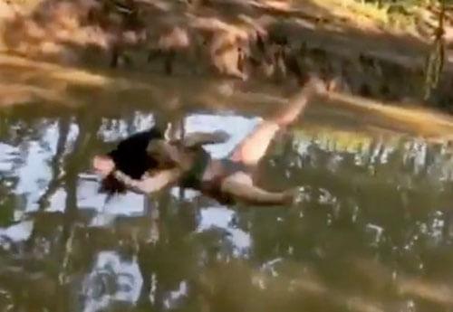 женщина удивительно упала в воду
