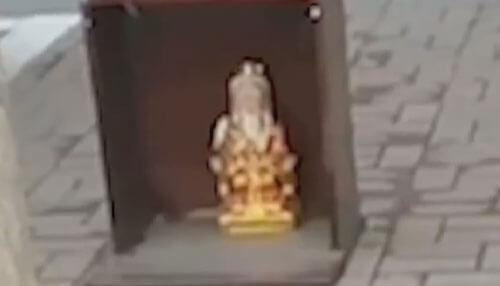 фигурки богов на парковке