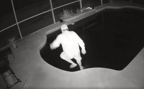мужчина плюхнулся в бассейн