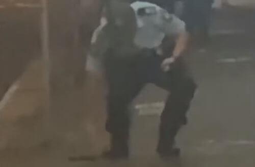 полицейский уронил пистолет