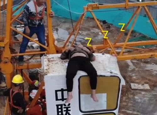 пьяный мужчина заснул на кране