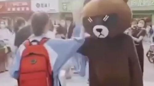 мама в костюме медведя