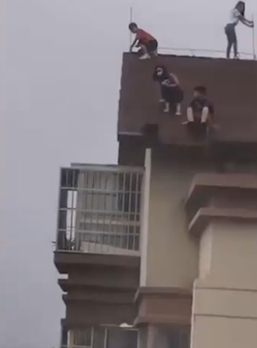 подростки на крыше дома