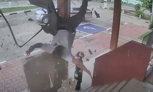 крыша не выдержала полицейского