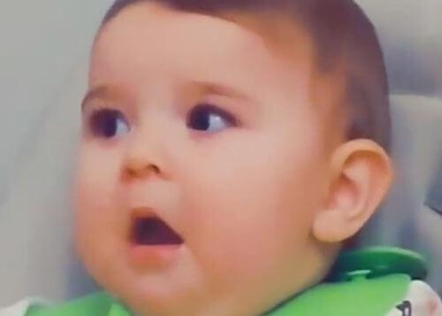 мамина ловкость потрясла малыша
