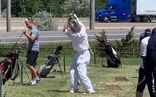 необычная техника гольфиста