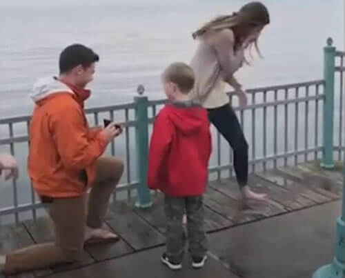 мальчик заинтересовался кольцом