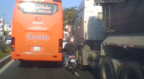 мотоциклист не оценил габариты