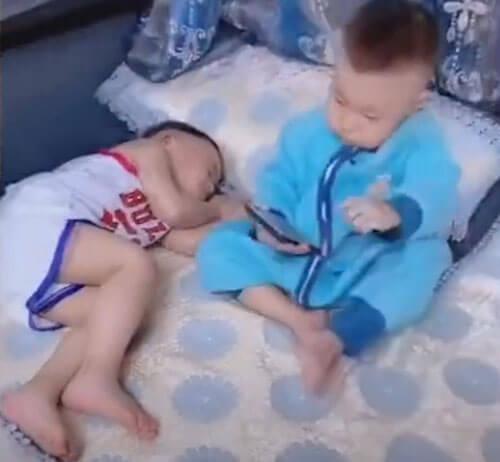 мальчик укрыл брата одеялом