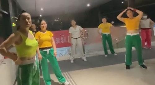 женщины танцуют возле метро