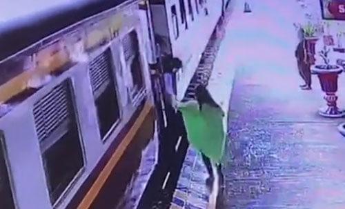 женщина чуть не опоздала на поезд