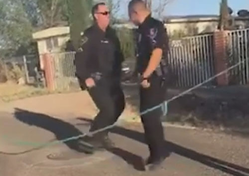 полицейские прыгают через скакалку