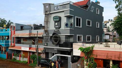 дом выглядит как фотокамера