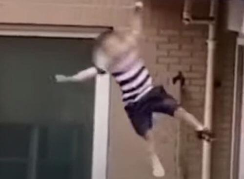 непослушный мальчик вылез из окна