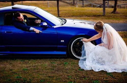 невеста чистит жениху машину