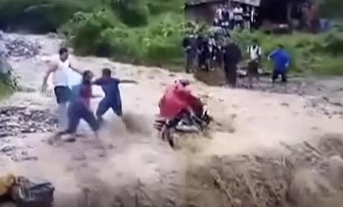 мотоциклиста смыло потоком
