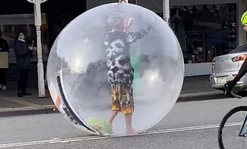 человек в пластиковом пузыре