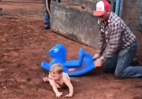 забавное родео с малышом