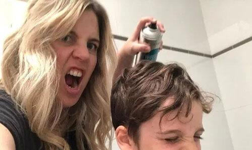 детей опрыскивают лаком для волос