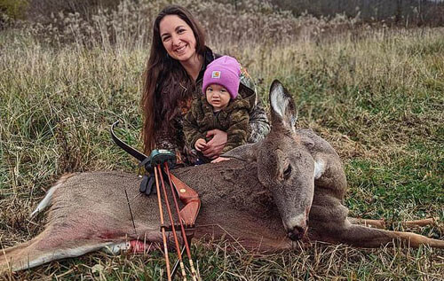 mom teaches daughter to hunt