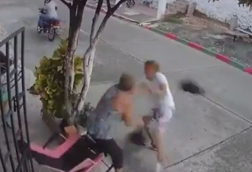 бабушка избила грабителя шлемом