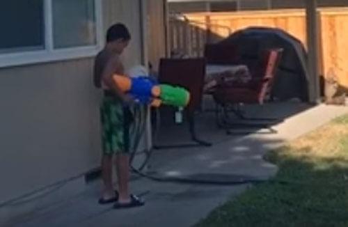 сын ждал папу с водным пистолетом