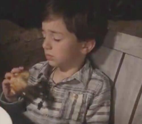 сонный мальчик ест пиццу