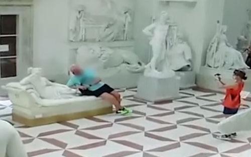 статуе отломали пальцы