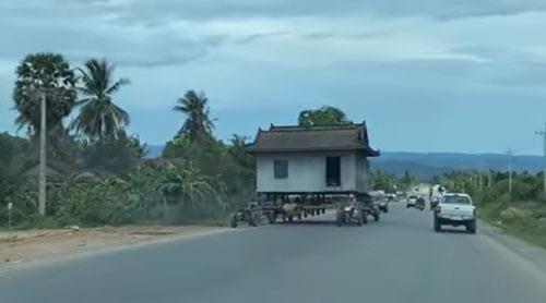 дом едет на тракторах