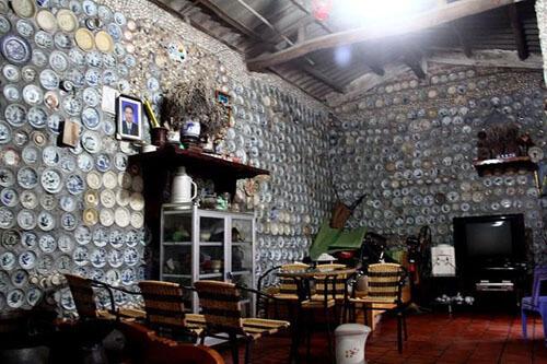 дом украшен фарфоровой посудой