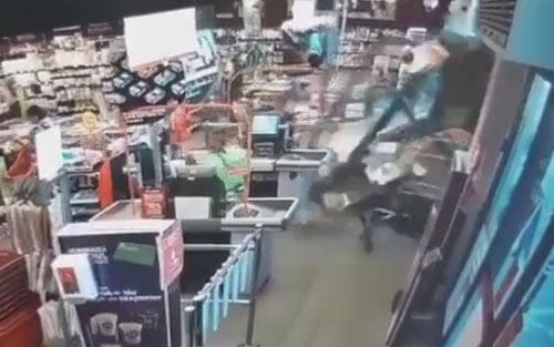 бабушка въехала в супермаркет