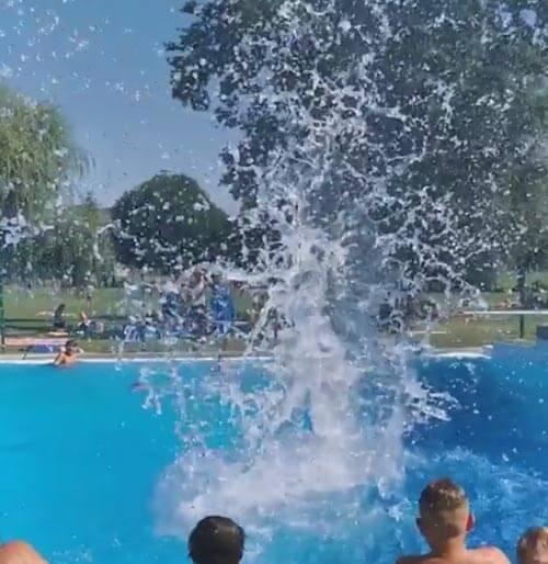 гигантский всплеск в бассейне