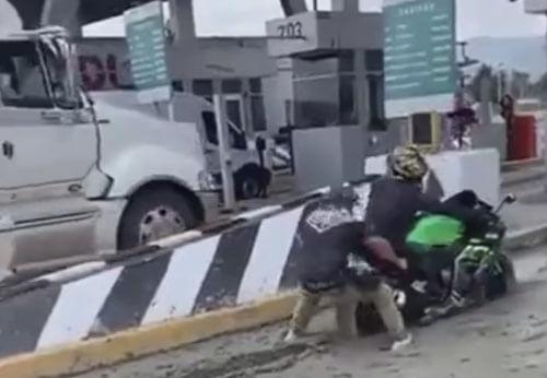 мотоциклист попал в ловушку