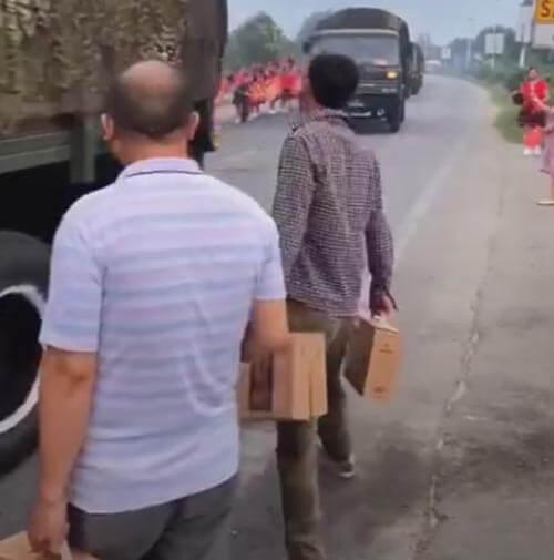 солдат забросали подарками