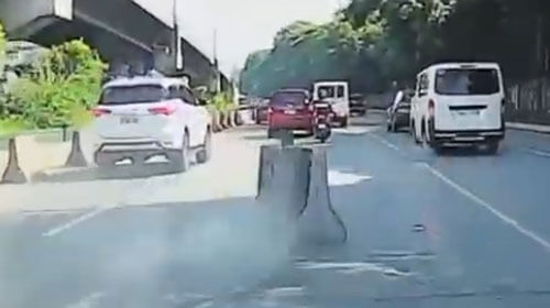 автобус сбил бетонные ограждения