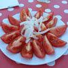 нарезанные помидоры с луком