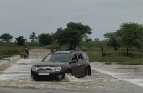 машина в водной ловушке