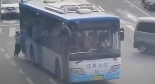 полицейский толкает автобус