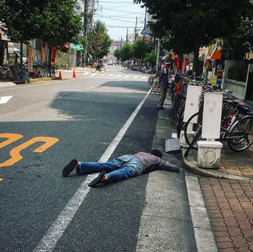 любители спать на дороге